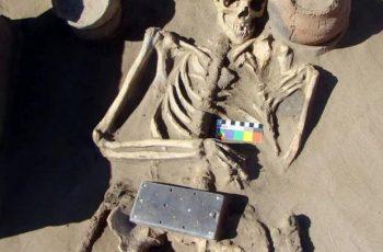 তরুণীর ২ হাজার বছরের পুরোনো কবরে 'স্মার্টফোন'